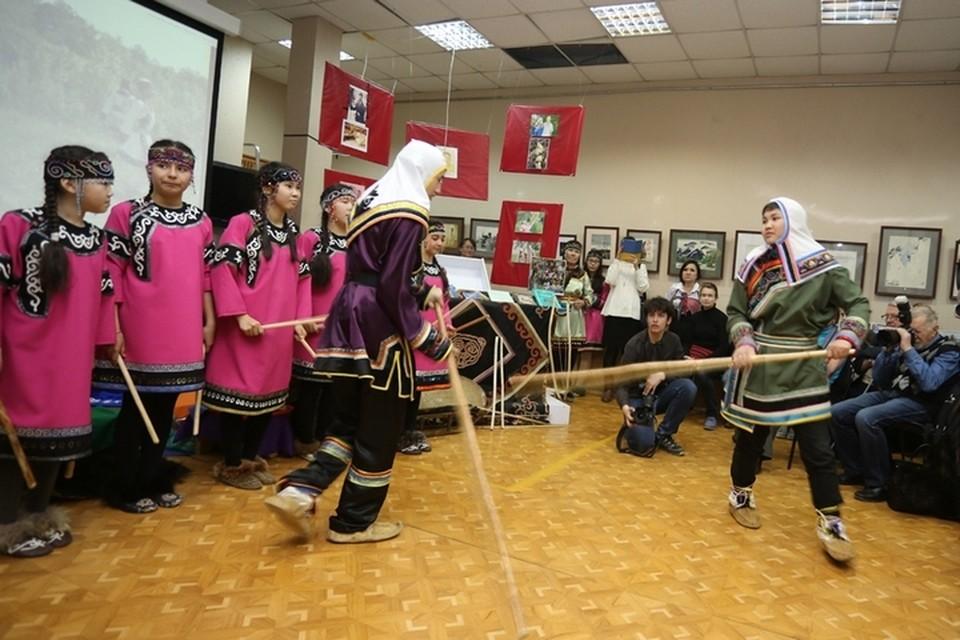 Обрядовый танец шамана. Фото: Анастасия МЕЛЬНИЧЕНКО
