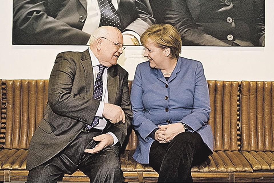 Первый Президент СССР Михаил Горбачев и нынешний канцлер ФРГ Ангела Меркель (справа) и представить себе не могли, что однажды деликатные подробности их общения с «другом Гельмутом» выплывут на свет божий.