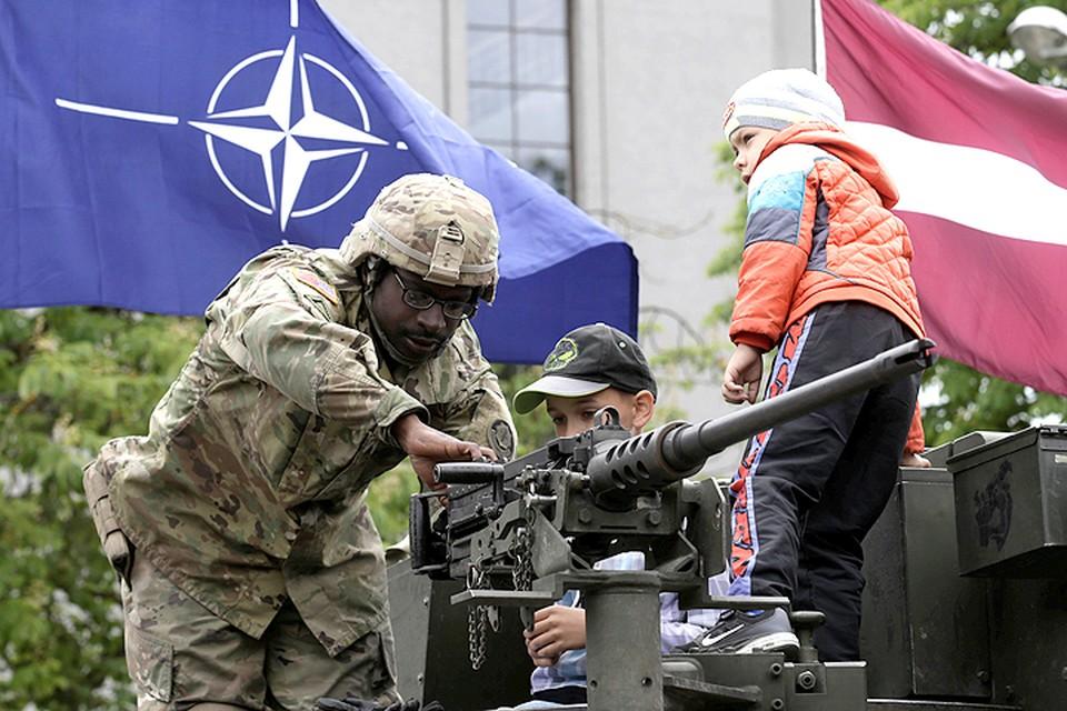 Опасаясь российского вторжения, НАТО бросилось проводить военные парады и учения прямо у границ нашей страны.