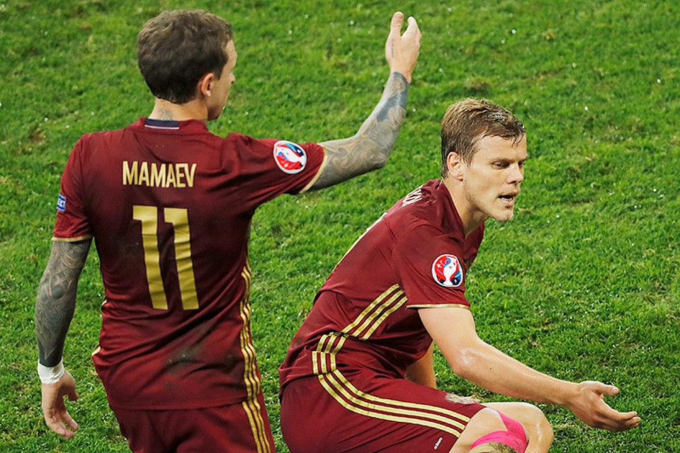 Павел Мамаев и Александр Кокорин на поле Чемпионата Европы по футболу.