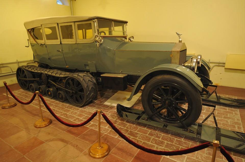 Полугусеничный автомобиль Роллс-Ройс, на котором Ленин приезжал зимой из Москвы в Горки.