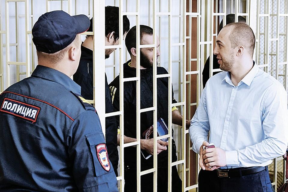 После оправдательного приговора Алексей Никитин прощается с друзьями-«партизанами». Но если Верховный суд отменит приговор, он снова вернется за решетку. Фото: Юрий СМИТЮК/ТАСС