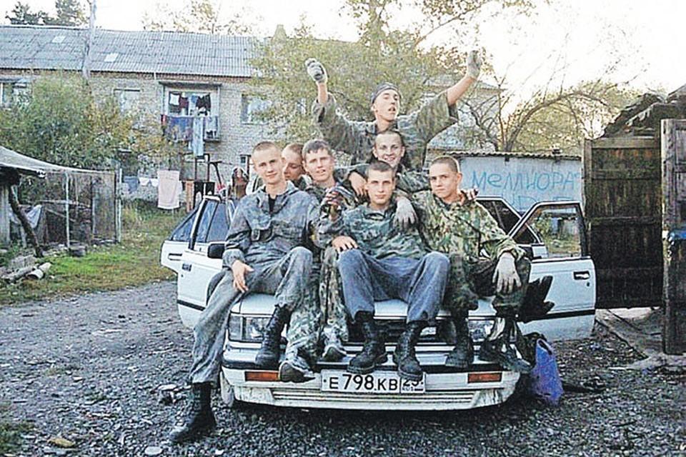 Будущие убийцы милиционеров в своем дворе - «на районе». Фото: vk.com