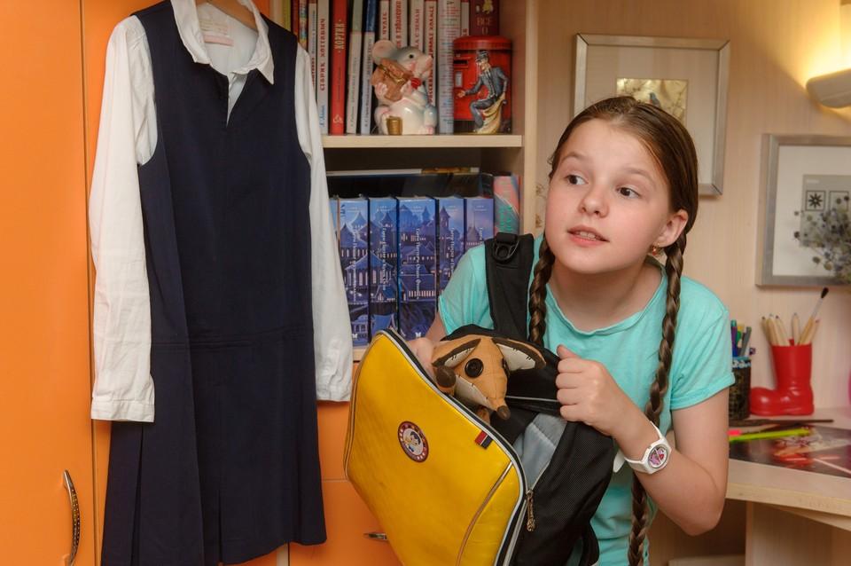 Девочка собирается в школу