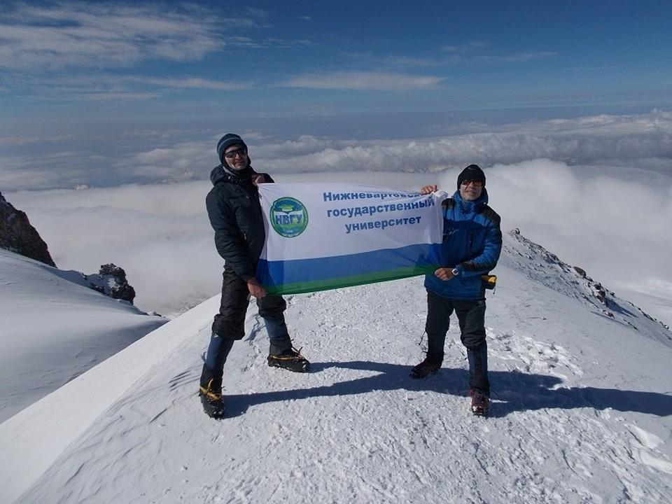 На вершине Эльбруса развевается флаг Нижневартовского госуниверситета. Фото: НВГУ