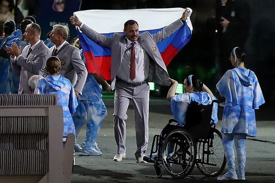 Белорусская сборная развернула российский флаг во время Парада наций. Фото: FA Bobo/PIXSELL/PA Images