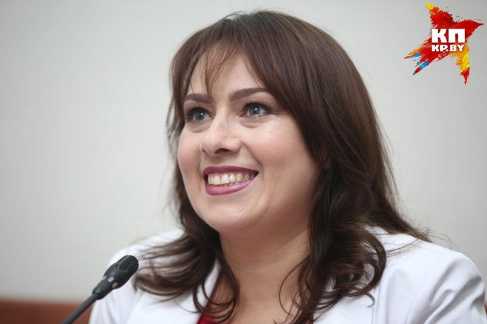 Анна Канопацкая в новой роли волнуется, но много улыбается.
