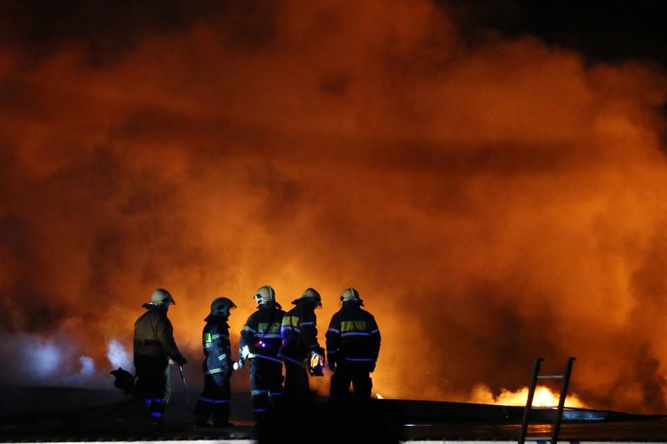 Пожар возник на складе по адресу ул. Амурская, д.1, к.9. Фото: Артем Коротаев/ТАСС