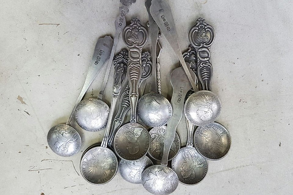 """На улицах города стали продавать """"уникальные серебряные ложки с портретами всех царей"""""""