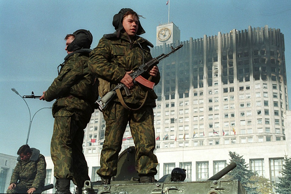 Верные Ельцину войска оцепили «бунтовщиков», в здании отключили свет, воду, канализацию