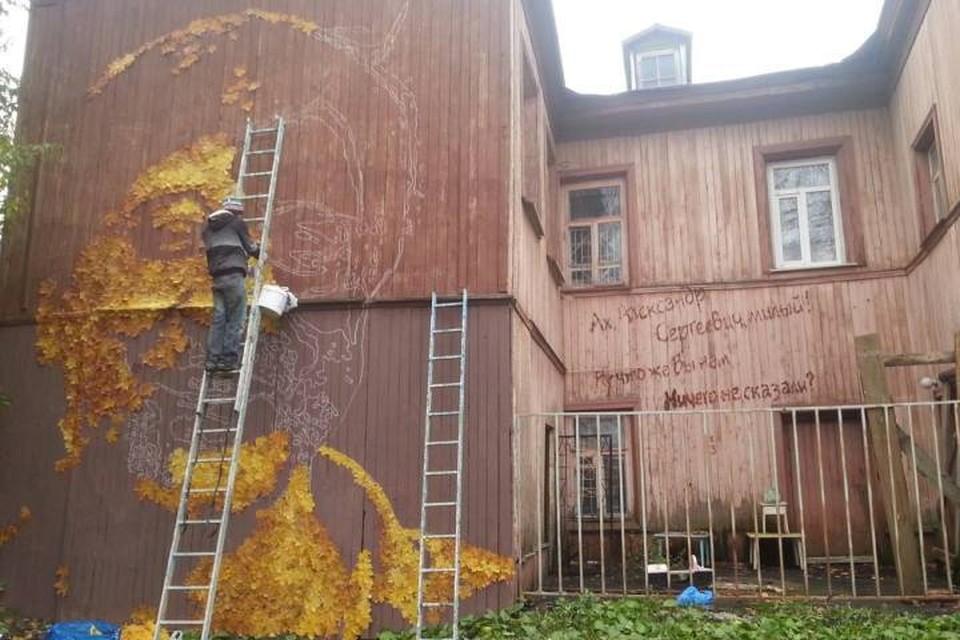 Пермский уличный художник планирует закончить работу над портретом в понедельник, 3 октября. Фото: личная страничка Александра Жунева в Facebook.