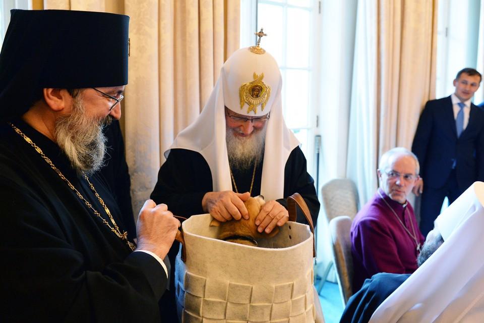Патриарху щенок очень понравился, он заберет его с собой в Москву. Фото: Александр ВОЛКОВ