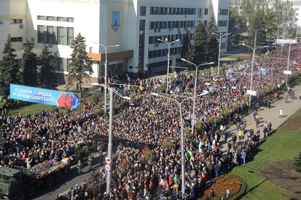 Тысячи человек шли за лафетом с гробом командира батальона `Спарта` Фото: Никита МАКАРЕНКОВ