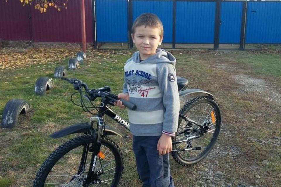 Сын Моторолы со своим новым велосипедом