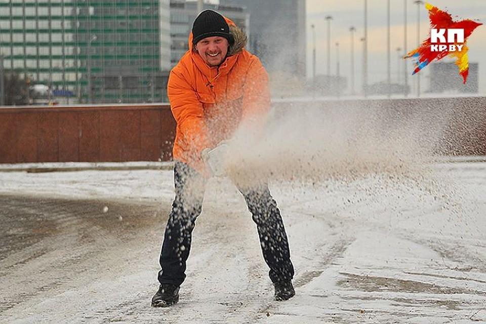 «Сахар» не прошел. В Минске соль будет спасать дороги, но губить обувь и деревья