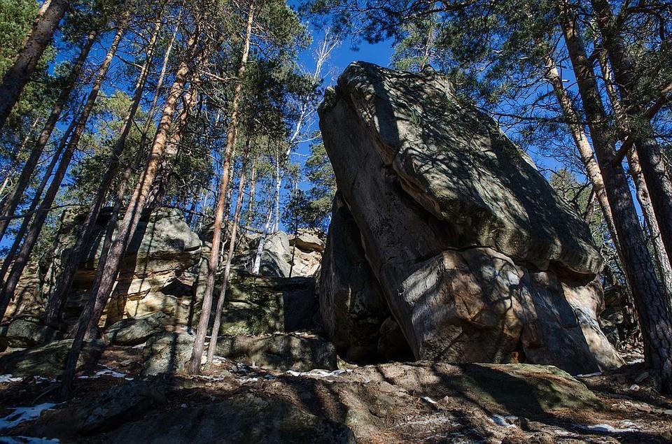 Каменные глыбы здесь - в два-три человеческих роста