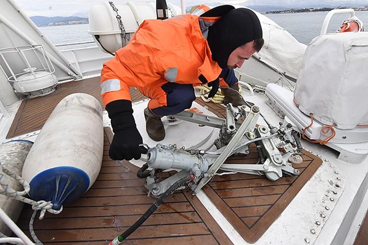 Фрагмент самолета был обнаружен в 1 морской миле (1,8 км - Ред.) от берега на глубине 25 метров