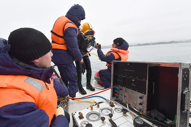 Работа водолазов МЧС на месте крушения Ту-154.