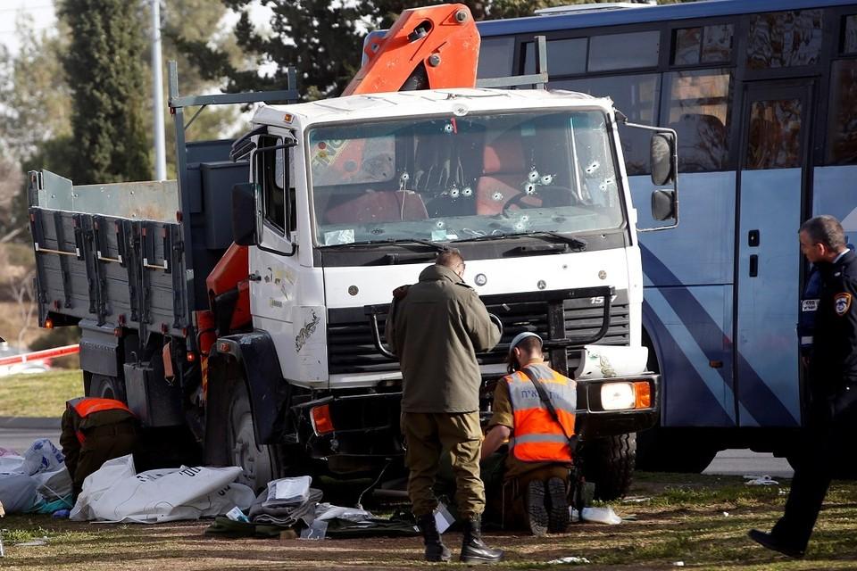 Грузовик въехал в толпу людей в Иерусалиме: есть погибшие и раненые
