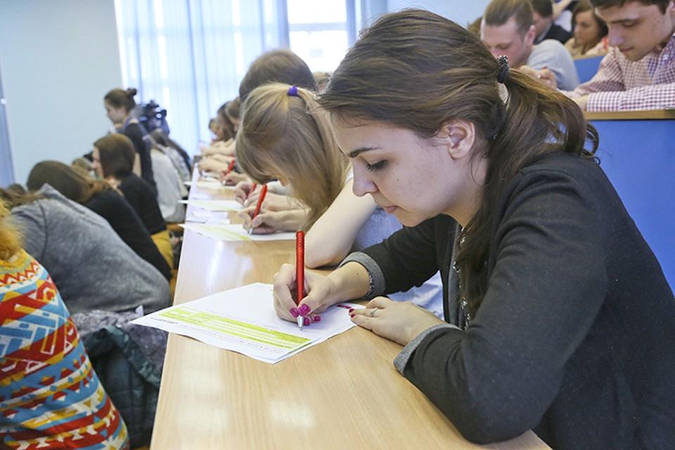 Противникам ЕГЭ радоваться пока нечему: отказываться от единых экзаменов пока никто не собирается.