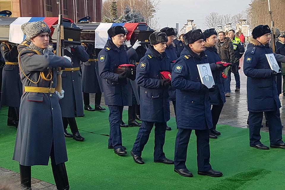 под пронзительные звуки военного оркестра 12 гробов на плечах почетного караула поплыли к могильным ямам