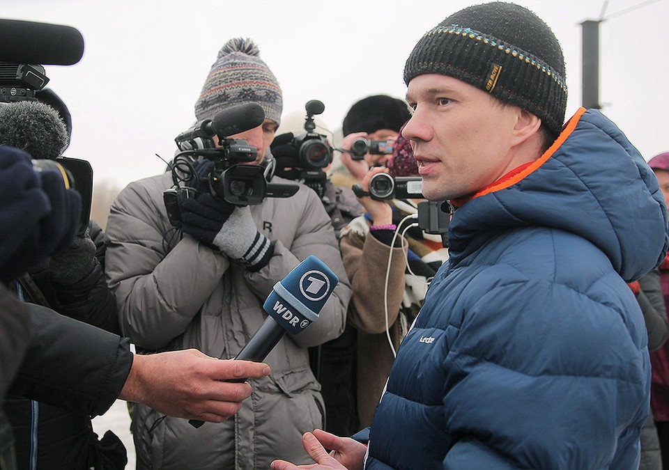 Оппозиционер Ильдар Дадин во время общения с журналистами после освобождения из исправительной колонии в городе Рубцовске. ФОТО Алексей Цвайгерт/ТАСС