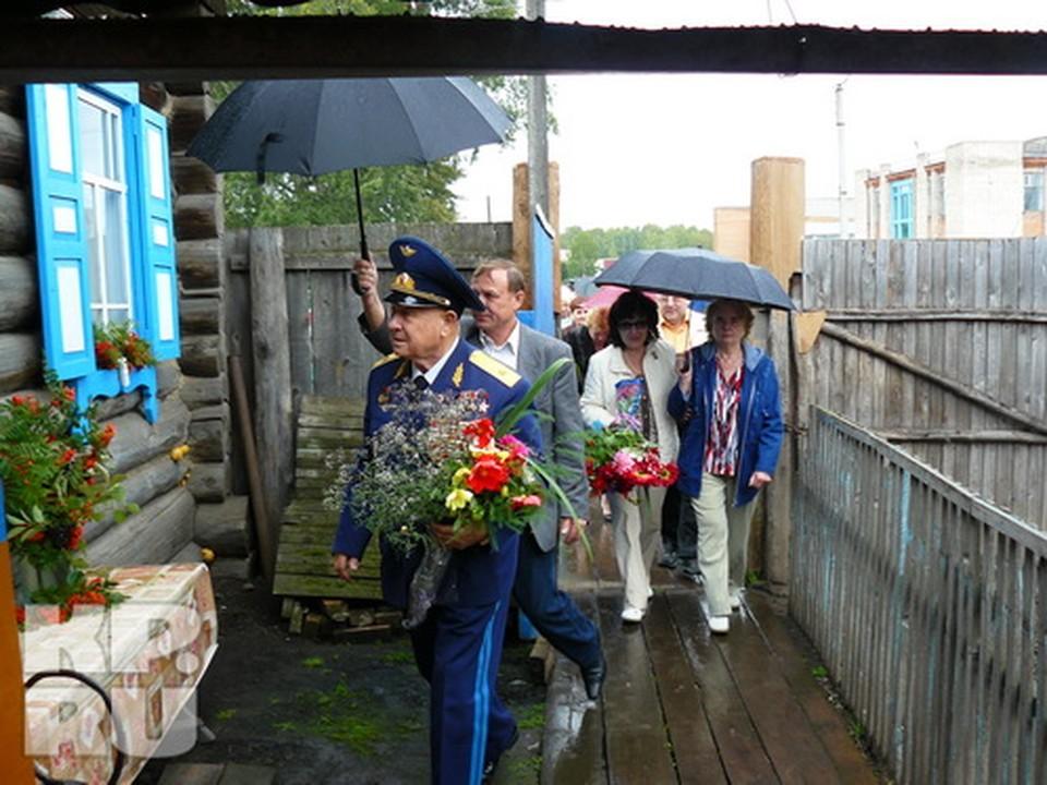 2009 год, космонавт Леонов  приехал в родную избу, в Листвянку, там давно живут чужие люди и гордятся домом