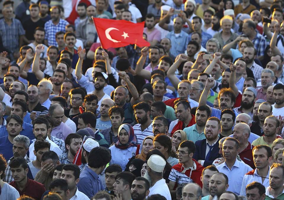 Сторонники президента Эрдогана собрались в аэропорту Ататюрк.