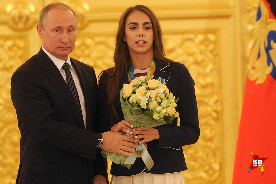 Президент России Владимир Путин и олимпийская чемпионка по художественной гимнастике Маргарита Мамун