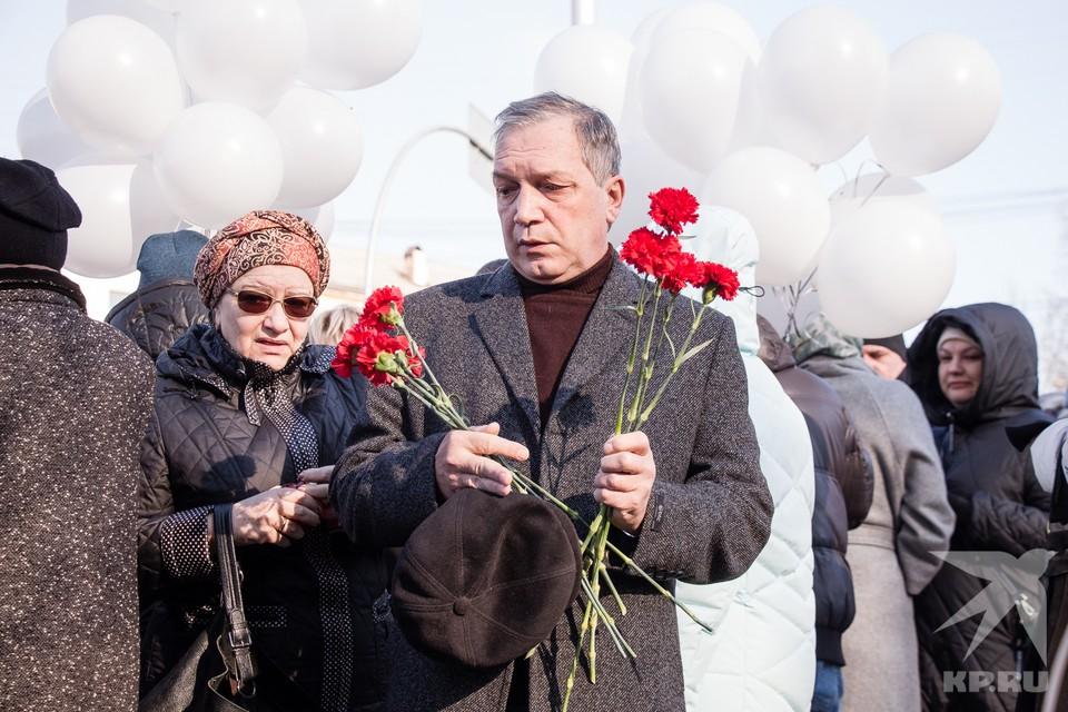 Сотни  человек пришли утром 25 марта почтить память жертв пожара в ТРЦ «Зимняя вишня». Родные и близкие погибших несли к мемориалу цветы и детские игрушки. Многие не могли сдержать слез