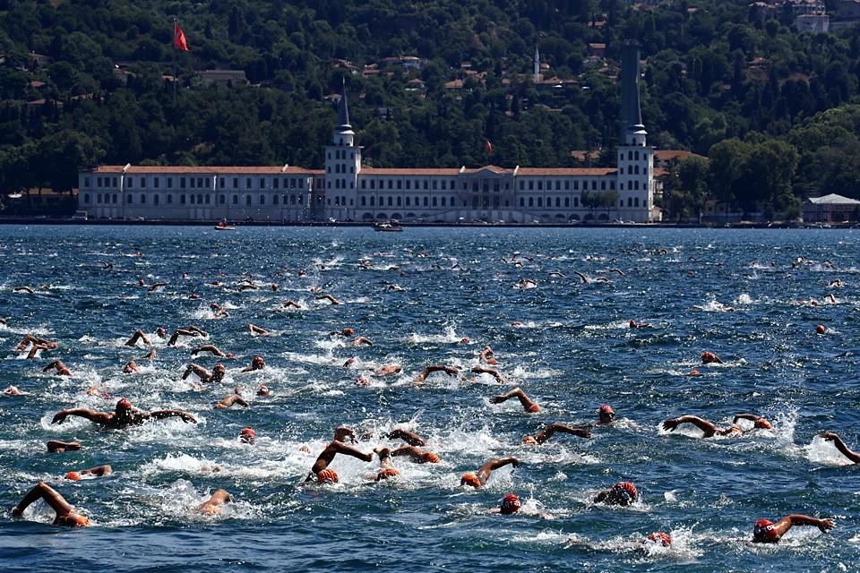 В Стамбуле в 31-й раз стартовал межконтинентальный заплыв в заливе Босфор. Спортсмены преодолевают дистанцию в шесть с половиной километров