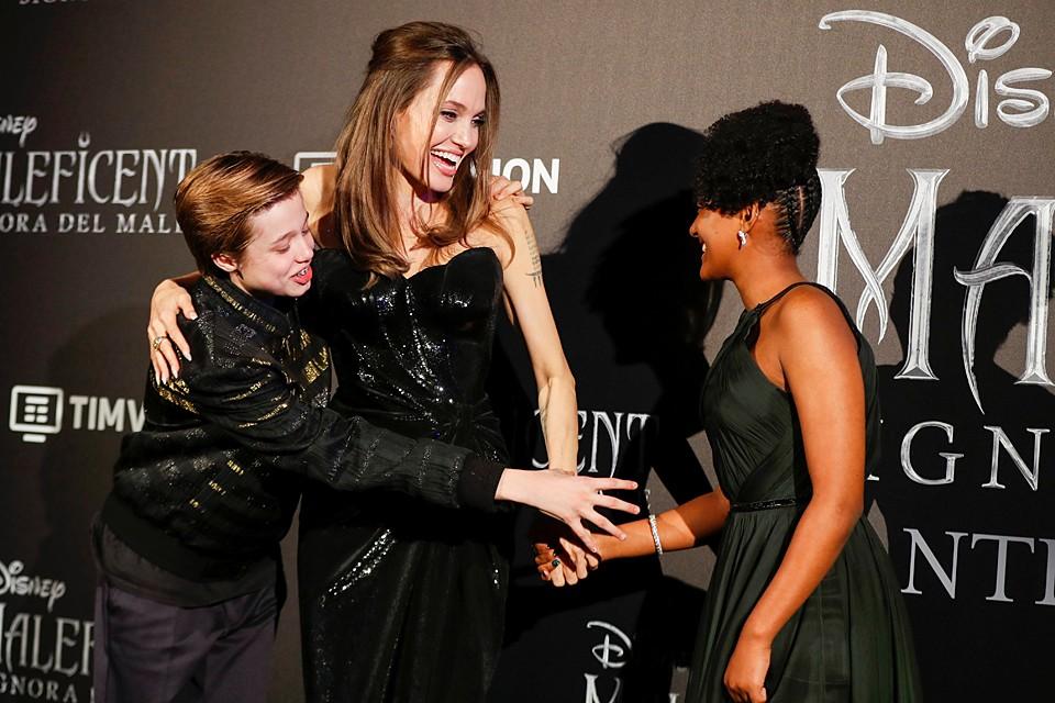 """Анджелина Джоли появилась на премьере фильма """"Малефисента: Владычица тьмы"""" в Риме. Знаменитость буквально сияла улыбкой и выглядела счастливо"""