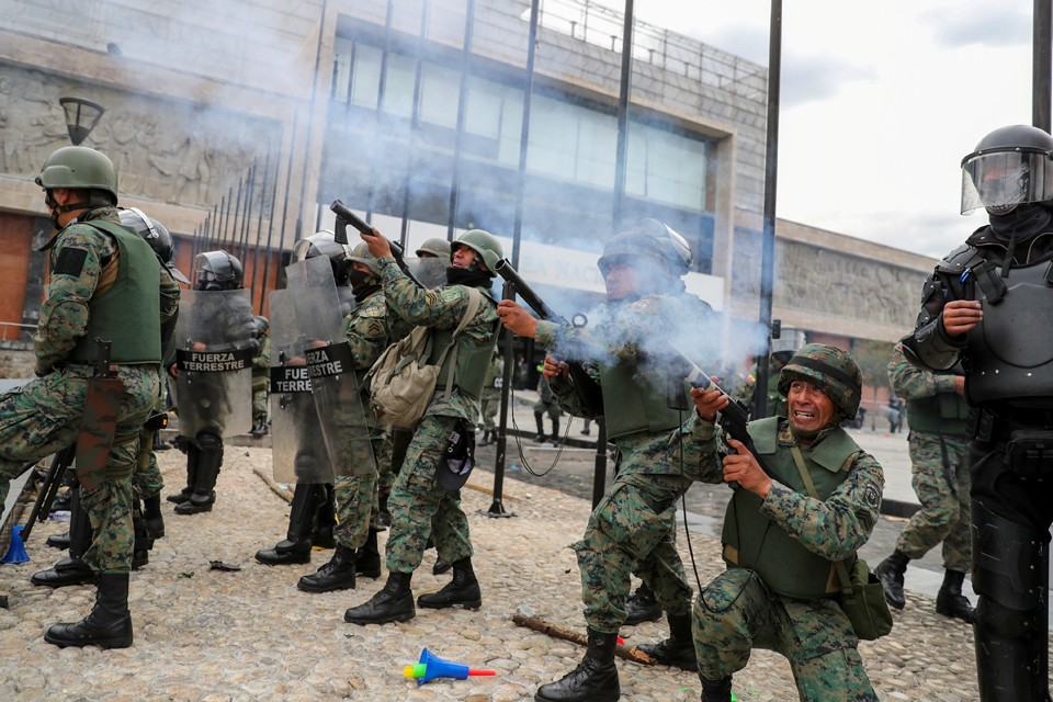 Правительство Эквадора вместе с президентом сбежали из столицы страны. Толчком к началу массовых протестов послужило решение отменить субсидии на бензин и дизель, что привело к резкому росту цен на топливо