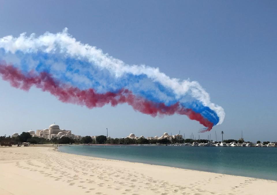 Небо над столицей ОАЭ расчертили в цвета флага России в честь визита президента Владимира Путина.