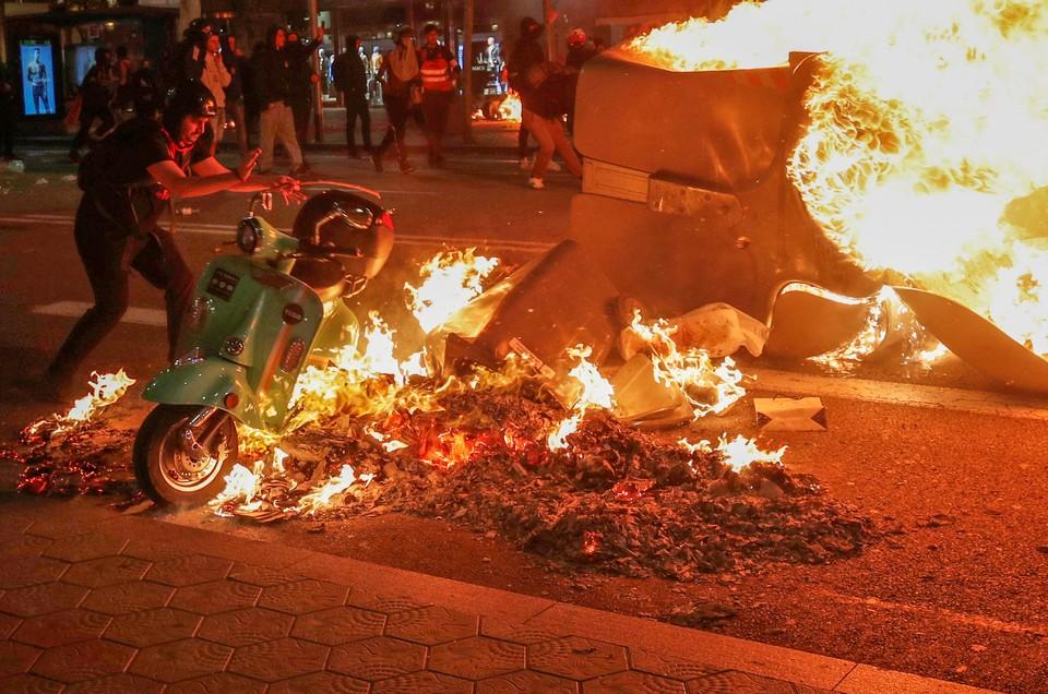 В Барселоне продолжаются беспорядки, вызванные судебным приговором в отношении глав сепаратистов Каталонии.