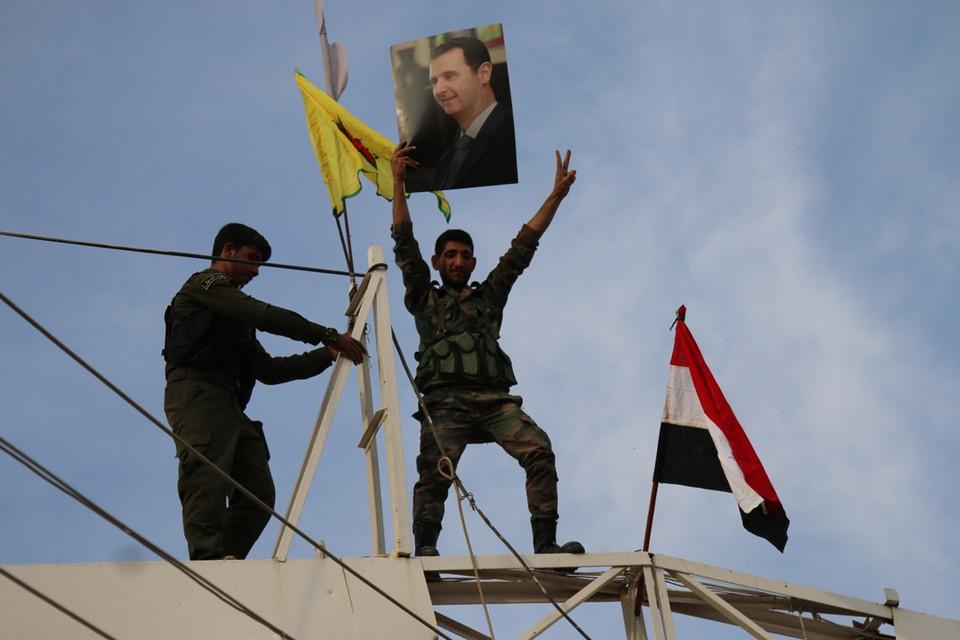 Сирийские войска впервые за несколько лет вышли к границе с Турцией возле города Кобани, и подняли национальный флаг.