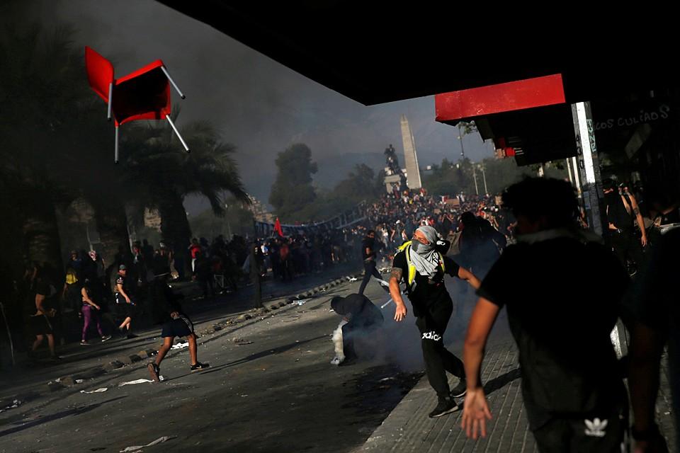 По меньшей мере 13 человек погибли в Чили во время беспорядков, продолжающихся с конца прошлой недели из-за отмены судсидий на проезд