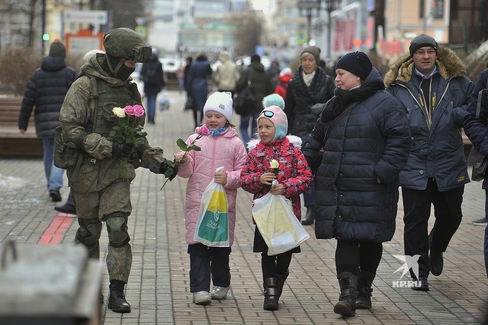 Военные разведчики в свой  профессиональный праздник дарили девушкам цветы