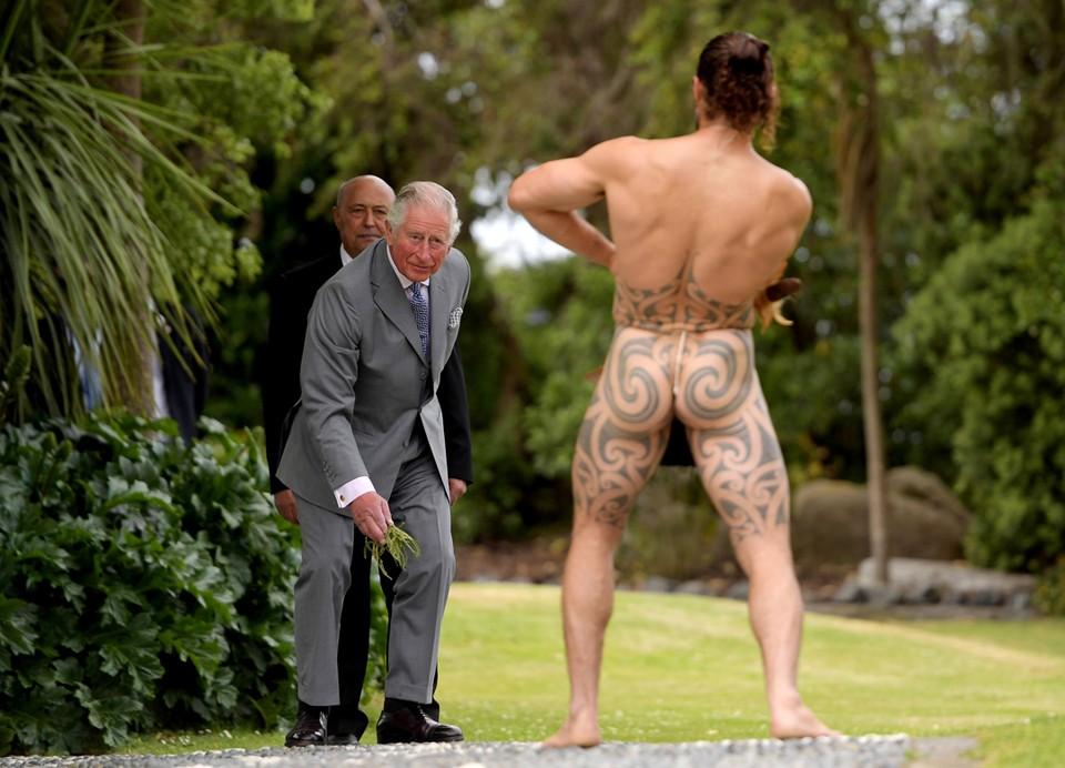 Воин маори приветствует британского принца Чарльза во время его посещения города Кайкура в Новой Зеландии.
