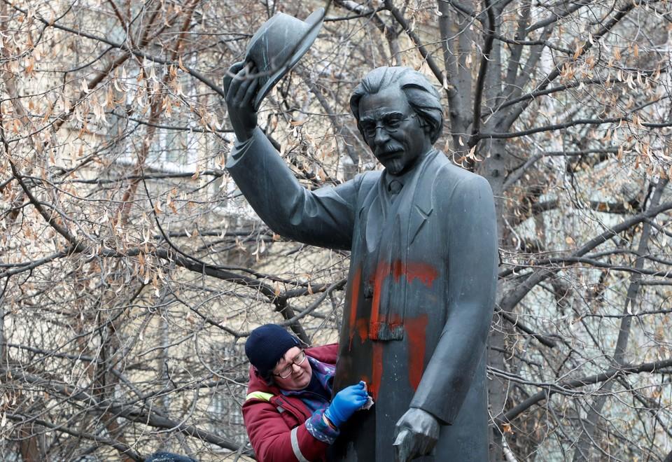 В Киеве вандалы осквернили памятник украинскому еврейскому писателю Шолом-Алейхему.