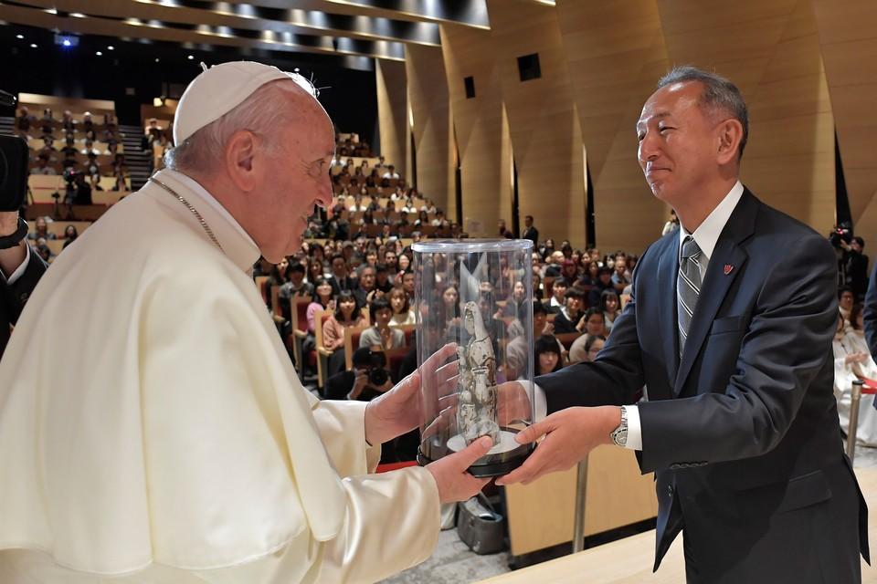 Папа римский удостоился подарка во время посещения Университета Софии в Токио.