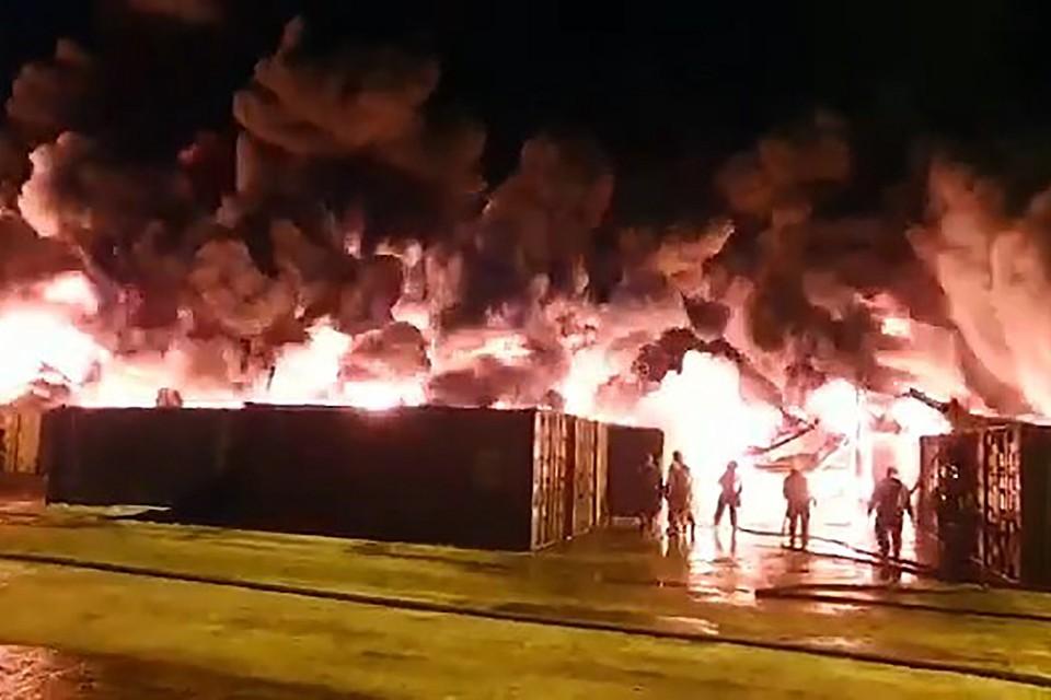 220 пожарных и два поезда с ночи тушат ангар с тоннами химикатов на Московском шоссе в Петербурге. Огонь полыхает в складском помещении площадью 12 тысяч квадратных метров в промзоне Шушары
