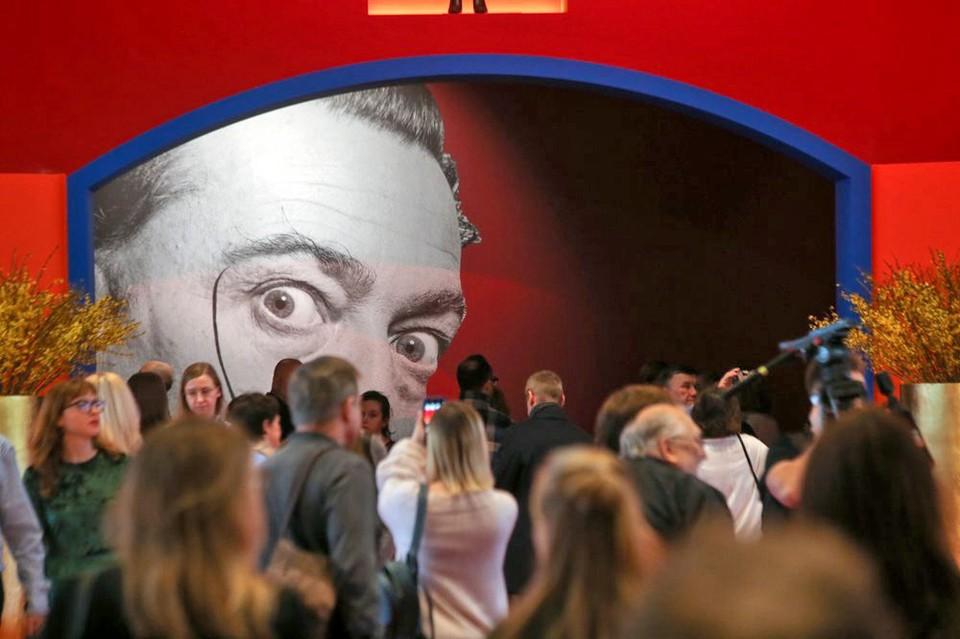 На выставке Сальвадора Дали в московском «Манеже» - аншлаг. Ее работу пришлось продлить до 22.00 из-за большого наплыва посетителей. Все онлайн билеты на выходные раскуплены, желающим приобрести их в кассе придется отстоять час в очереди.