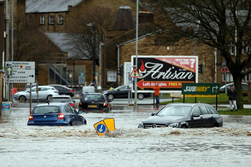 """На Англию обрушился шторм """"Киара"""", нарушив транспортное сообщение"""
