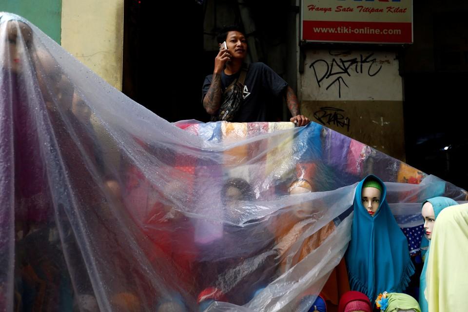 Продавец Хиджабов на главном рынке столицы Индонезии.