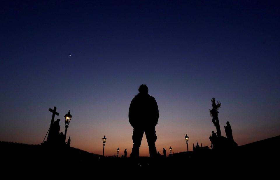 На Карловом мосту в Праге выключили подсветку во время акции Час земли.