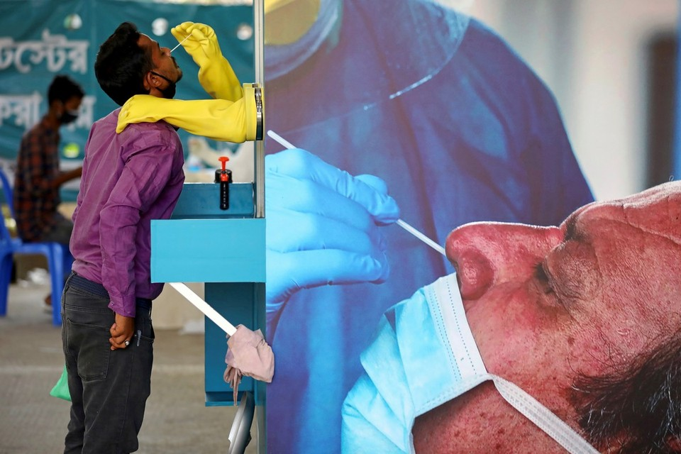 Пункт тестирования на коронавирус в столице Бангладеш.
