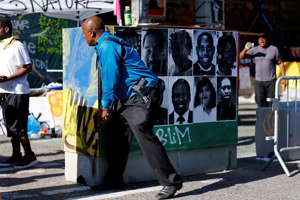 В США протестующие напали на полицейские участки в Сиэтле