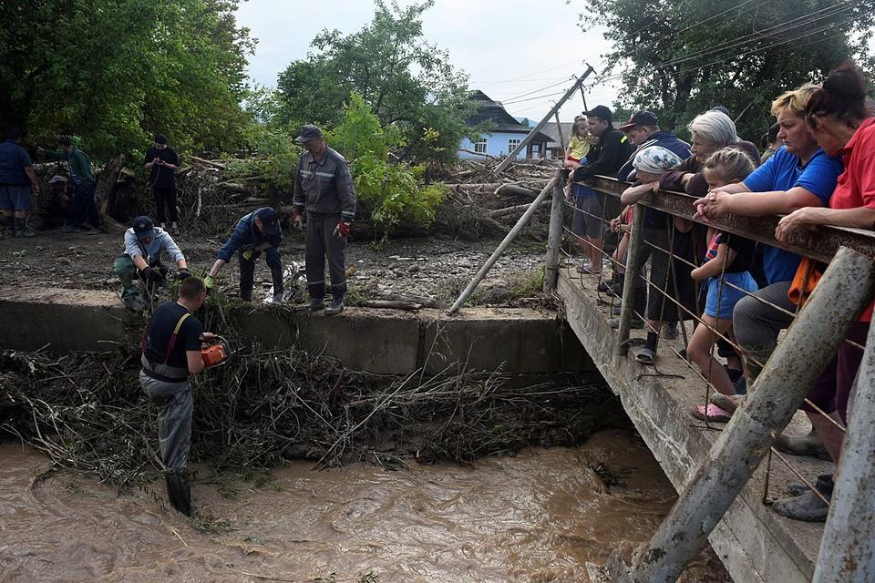 На западе Украины сильные ливни привели к масштабным дождевым паводкам