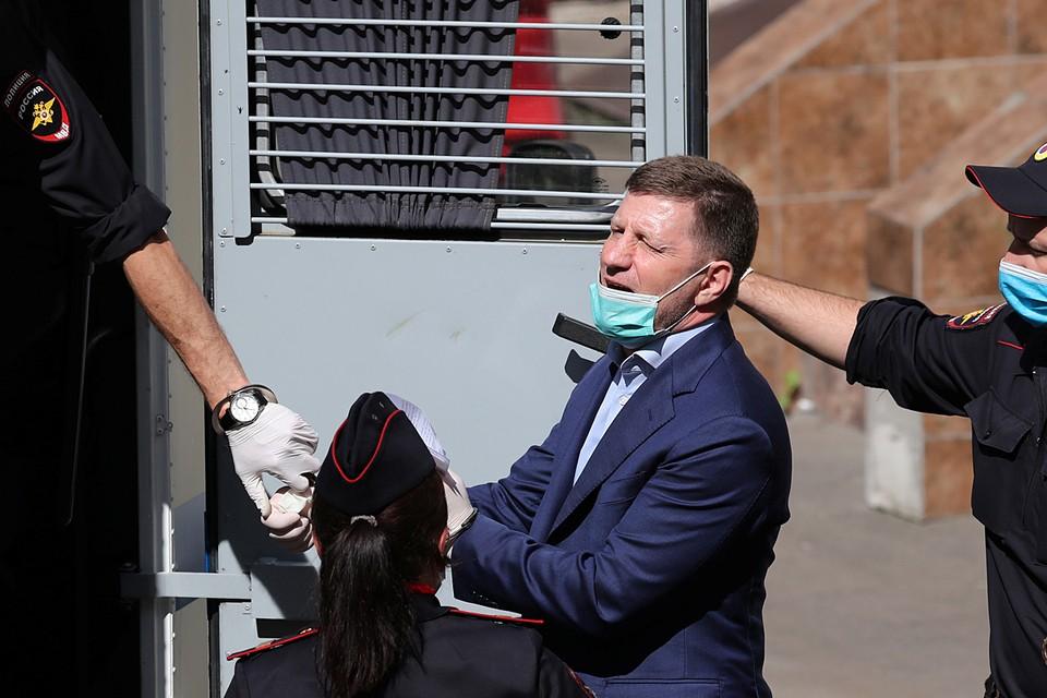 Следственный комитет РФ представил в Басманный суд Москвы ходатайство об аресте губернатора Хабаровского края Сергея Фургала, задержанного и этапированного в столицу накануне. Глава региона обвиняется в организации убийств и покушении на убийство